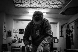 Vladimís Strajček při práci v Drawteliéru
