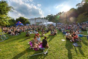 Už v poledních hodinách je na festivalu plno a ulice zaplňují hudební příznivci i rodiny s dětmi.