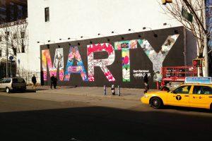 Nápis MARTY, který fotografce k narozeninám namalovali její přételé