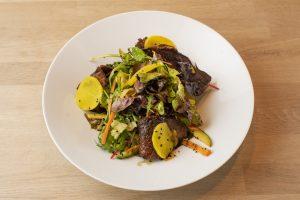 Salát s marinovanou hovězí roštěnou, černá sezamová semínka, žlutá ředkev